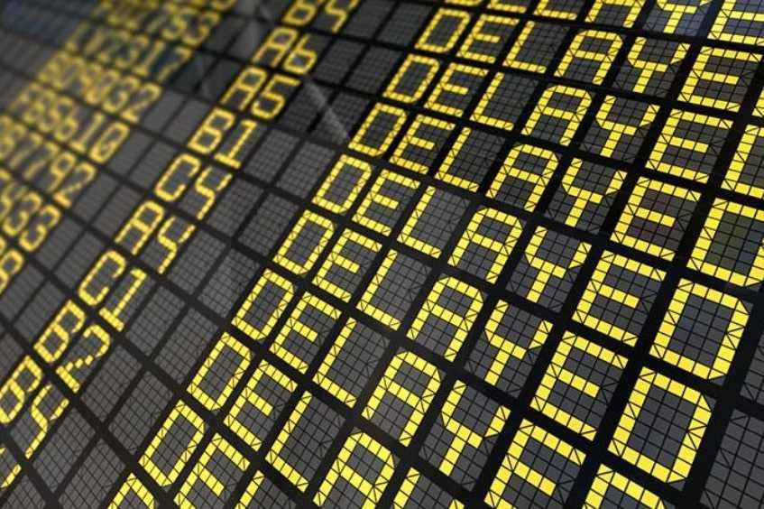pantalla de aeropuerto con vuelos retrasados